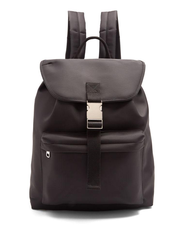 Buckle-fastening backpack